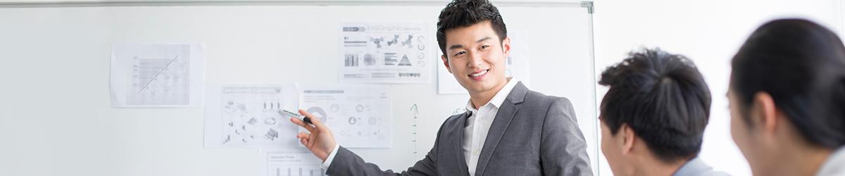 与一些客户讨论专业经验的BMO私人财富顾问